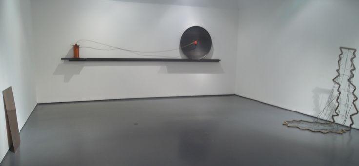 """Trame: una delle sale dedicate all'arte. Sullo sfondo: """"Lente solare"""" di Eliseo Mattiacci; a sinistra si scorge """"Autobiografia"""" di Paolo Icaro; a destra """"Velo"""" di Hidetoshi Nagasawa."""