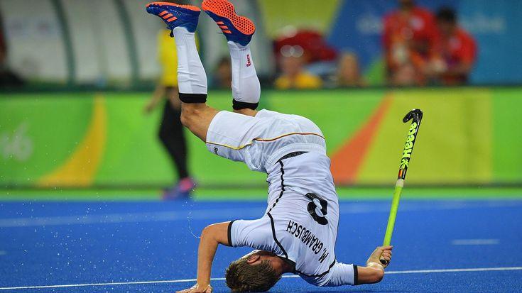 El alemán Mats Grambusch se cae en el partido de hockey frente a Canadá (AFP)