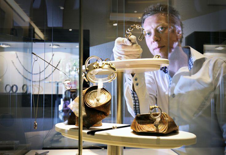 Marc Lange Sieraden is sinds 2001 gevestigd in hartje Alkmaar. In een sfeervol pand presenteert edelsmidjuwelier Marc Lange samen met zijn team een eigentijdse collectie sieraden en horloges. Zijn stijl is puur en origineel. Hij mixt luxe en vrouwelijkheid met een vleugje brutaliteit.