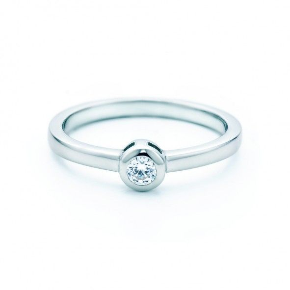 Pierścionek zaręczynowy z diamentem 0,05 ct o szlifie brylantowym wysokiej czystości SI1/G, wykonany z 18-karatowego białego złota (próba 0,750). www.savicki.pl/kolekcje/lecoeur/pierscionek-z-diamentem-2007747085A