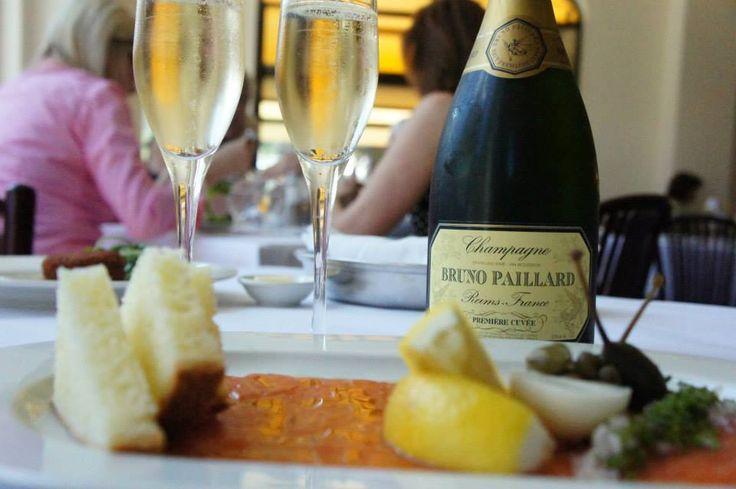 Bruno Paillard et assiette de saumon fumé du restaurant Leméac: idéal pour célébrer une bonne nouvelle lors du lunch!