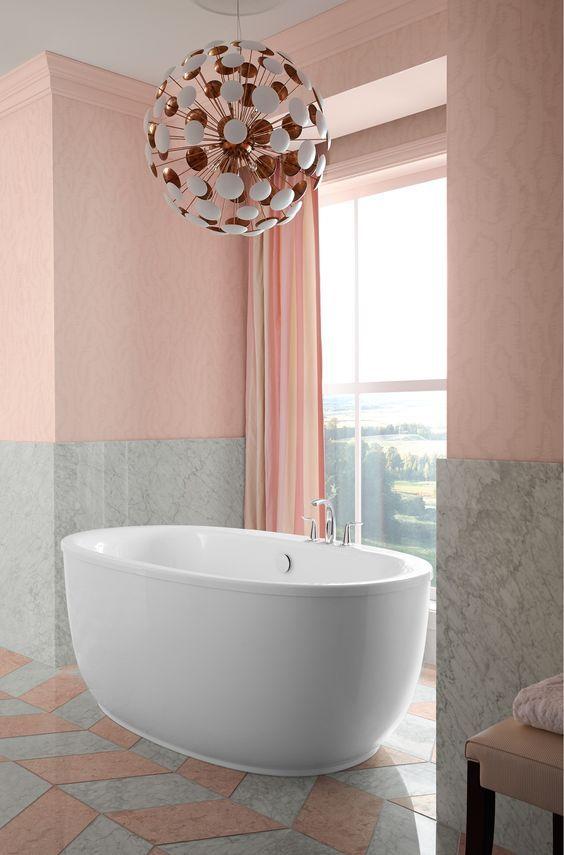 Con un sutil contraste de liso y suave, este baño rosado tierno con gris mármol inspira sofisticación con detalles juguetones.
