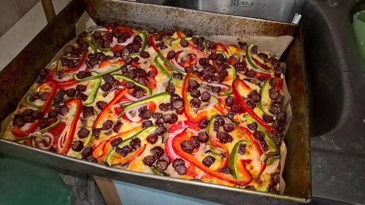 Pizza z papryką, pomidorami, pieczarkami i kabanosami Olewnik ze znakiem QAFP fot ©: Ewelina Rosińska