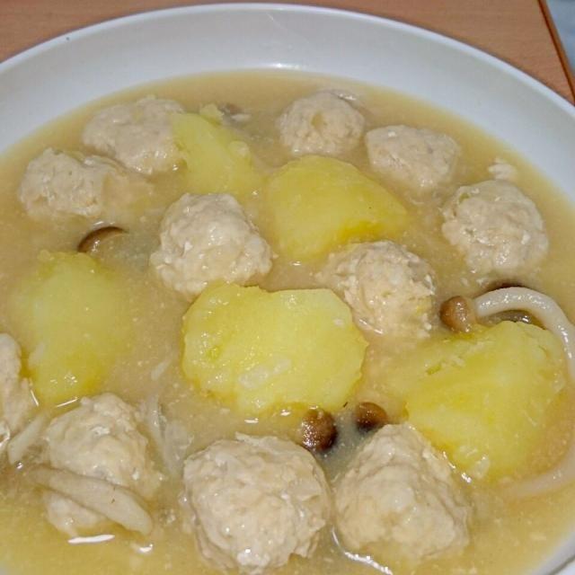 煮物にするつもりが味噌汁にw - 5件のもぐもぐ - 肉団子とジャガイモの煮物(味噌汁風) by geminirain610