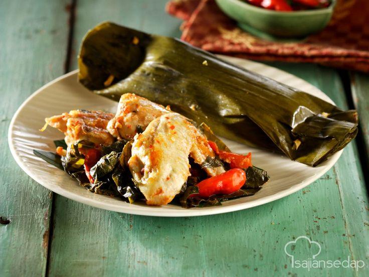 Resep pepes ayam daun singkong ini bisa jadi solusi makan malam menyenangkan dan bergizi. Rasanya lezat dan menggoda. Yuk, simak langkah mudah pembuatannya.