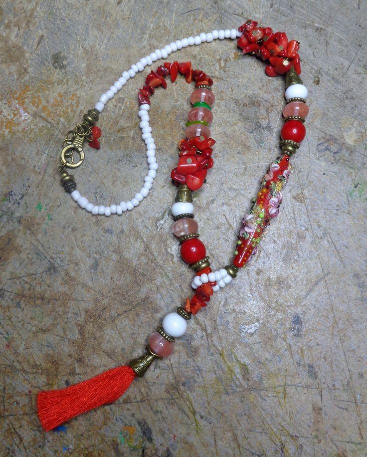 Collier bohème, court et original, rouge et blanc, perles artisanales au chalumeau, quartz cerise, corail gorgone. : Collier par l-ollaire-percee