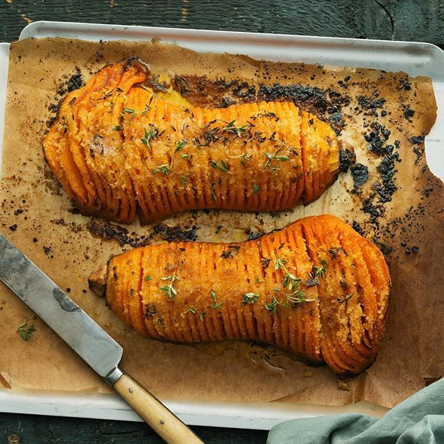 Hasselbackspotatis är sedan gammalt. Men har ni gjort pumpa på hasselbacksvis? Riktigt gott med örter och rikligt med smör. 🌱🍴🤤 #arlaköket #arla #recept potatis squash gratinerad bakad hasselback lågkalori MyRecipe
