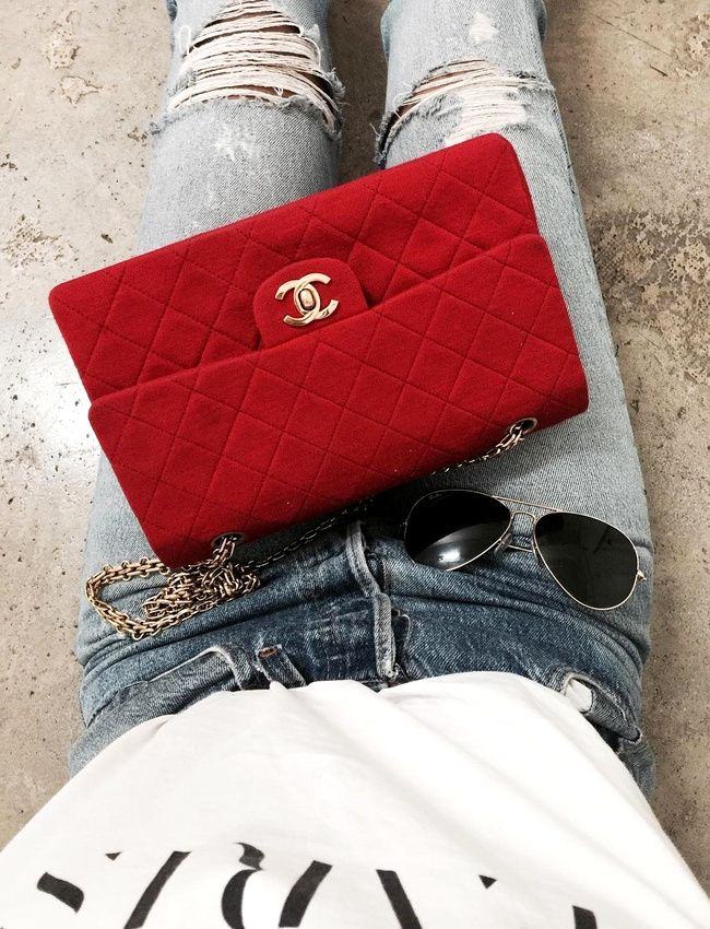 Le rouge sied bien aux sacs Chanel ! (instagram Julie Sarinana)