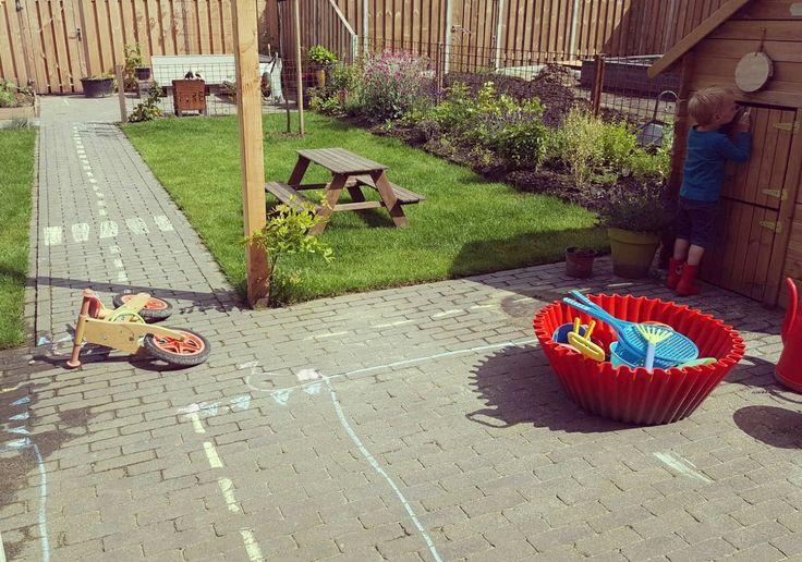 Paar strepen op de weg en de fantasie slaat op hol #tuin #stoepkrijt #weg #zebrapad #sweecake #beerdvanstokkum #loopfiets #avontuurineigentuin #kinderen