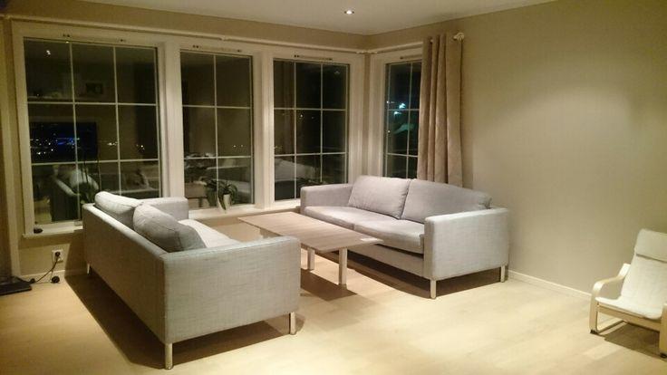IKEA stue, Karlstad sofa, med stålbein, hjemmelaget bord av LACKbord og skapdør