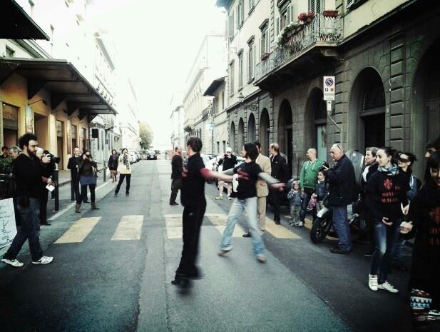 I ballerini di MaggioDanza in un Flah Mob contro i tagli di fronte al Comunale di Firenze @Maggio Fiorentino prima del Farnace di Vivaldi