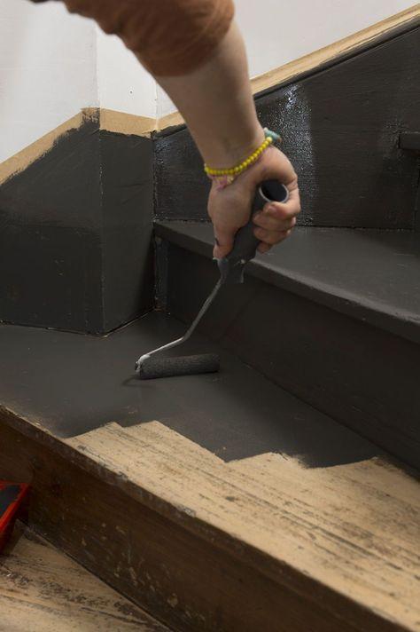 Peindre les marches de l'escalier avec un petit rouleau