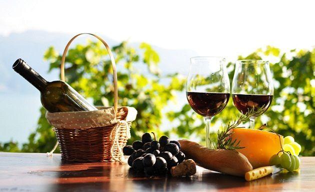 """Como les ha gustado tanto el artículo que escribí sobre  """"El arte de combinar el vino"""", hoy les voy a dar algunos consejos del maridaje con quesos. Si quieren pasar una noche inolvidable con su pareja o amigos, sólo necesitas una buena tabla de quesos y los vinos adecuados que potenciarán cada sabor. Sigue nuestro blog y entérate de todos los temas de actualidad que hay en Bogotá."""