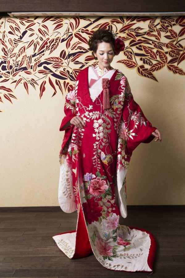 R1202420紅色藤牡丹に蝶_35_愛らしい紅色のどんす地に桜の地模様が華やかさを醸し出す。刺繍の牡丹と蝶、箔押しの藤の花の絵柄が花嫁様の多幸を願う一品。 (7)
