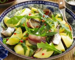 Salade de pommes de terre allégée aux anchois et à a roquette