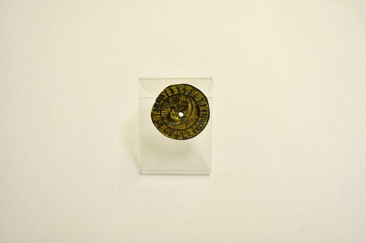 Niewielka pozłacana okrągła tarczka zegarka słonecznego, datowana na początek XVII wieku. Jest to pozostałość kieszonkowego, prywatnego zegarka, które od późnego średniowiecza były coraz częstszym elementem osobistego wyposażenia. Stawały się one niezbędne, m.in. w pracy kupieckiej, urzędowej a osobom duchownym pozwalały wyznaczać godziny liturgiczne, w których odmawiano stosowne modlitwy.