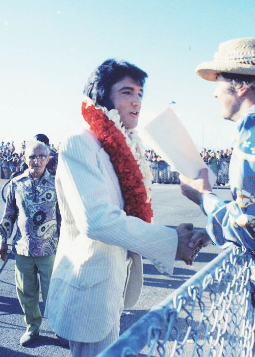 Elvis arriving in Hawaii, for the Aloha concert. January 9, 1973.