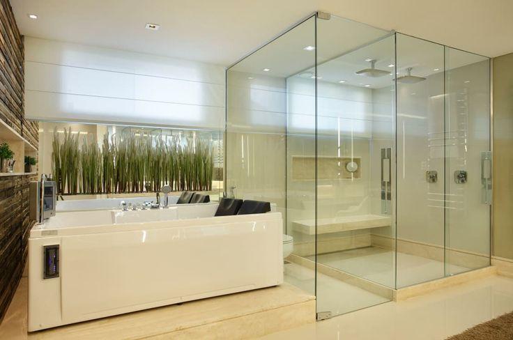 <p>Se você quer ter banheira e chuveiro para duas pessoas em um mesmo banheiro, esta é a escolha certa! Amplo, predominantemente claro, com uma parede revestida de pedras e plantas para deixá-lo ainda mais belo.</p>   Credits: homify / Arquitetura e Interior