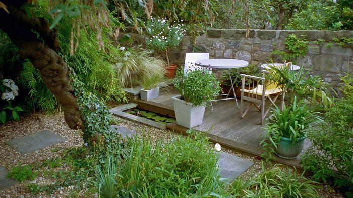 Professionella designers i Storbritannien använder tydliga geometriska former när de utformar trädgårdar. Speciellt på små ytor kan resultaten bli slående. Sittplatsen hemma hos trädgårdsdesignern Nicola Lowes i Edinburgh är ett exempel på hur en underliggande rektangelbaserad form kan ge ett helt enastående resultat tillsammans med växter av varierande form.