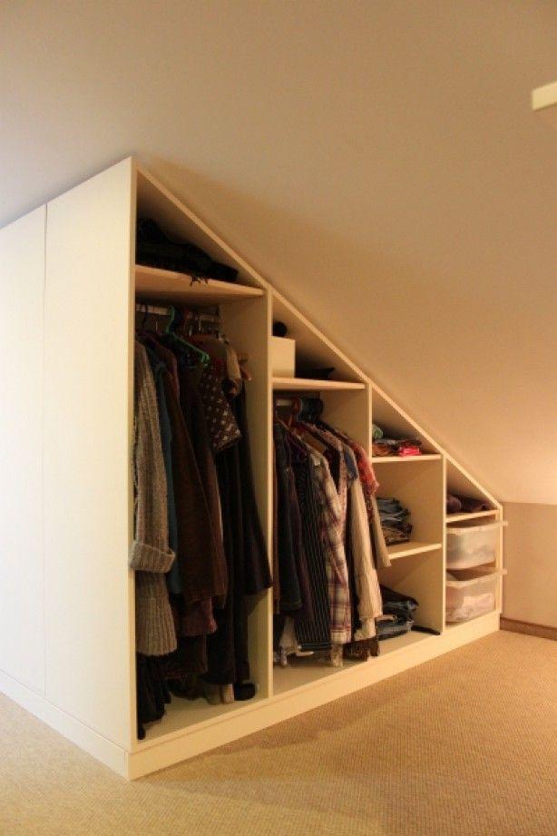 Witte maatkast met schuine wand geheel open met grote ruime hanggedeelte. Helemaal zelf naar wens te ontwerpen.