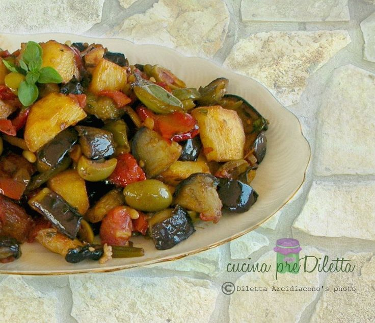 Esistono diverse versioni della caponata siciliana. Oggi vi propongo la caponata che preferisco, fatta con melanzane, peperoni, patate e altre verdure.