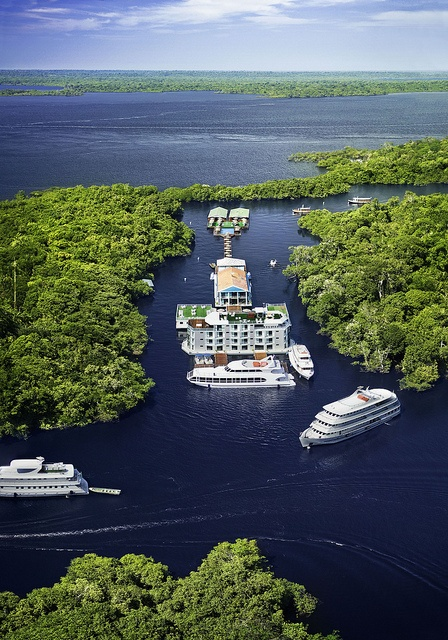 O transporte fluvial é ponto chave do fluxo de Manaus. Aproveitando o turismo, o chamado cruzeiro leva visitantes durante o dia inteiro aos principais pontos amazonenses à beira d'água.