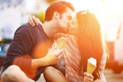 casal se beijando apaixonado e em sintonia no amor