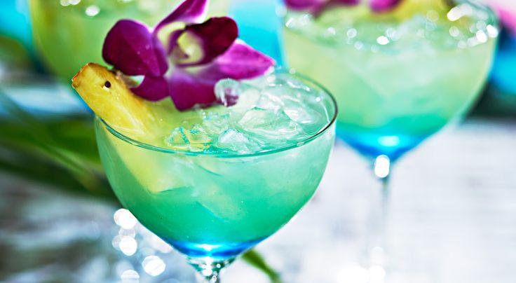 Recept på Blue Hawaii. Blue Hawaii är en blå variant av piña colada. Om man har sett den blå himlen och det blå havet på Hawaii förstår man namnet.