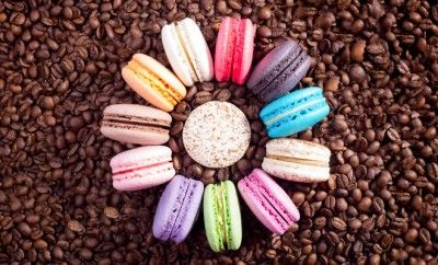 Fransız şeflerin özel reçeteleriyle hazırlanan Backhaus makaronları farklı lezzetleri ve iştah açıcı rengarenk görünümleri ile özel günlerin ve kutlamaların unutulmaz lezzeti oluyor. Badem ezmesi, şeker ve yumurta akı ile birleşen çikolata, portakal, vanilya, frambuaz, böğürtlen, fıstık ve kahve lezzetleri ile hazırlanan makaronlar, hem gözlere hem de damaklara hitap ediyor.