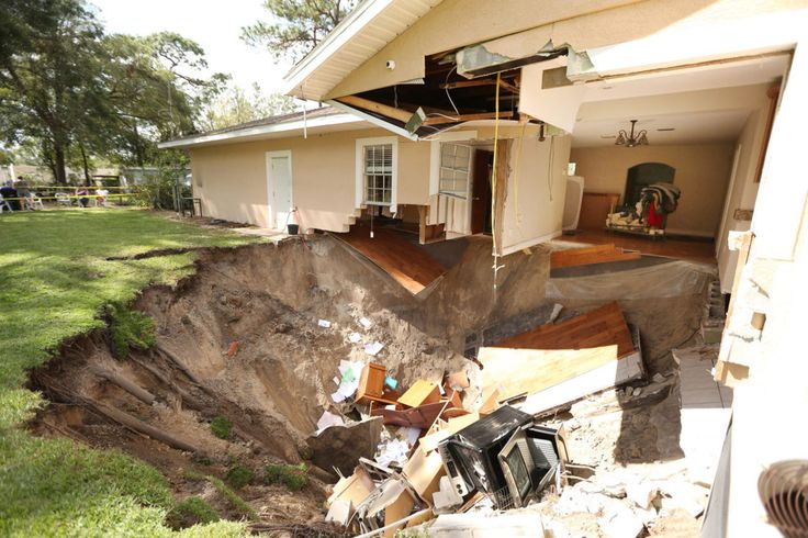 Apopka, USA. 19th Sep, 2017. A home at 222 West Kelly Park Road in Apopka is being swallowed by a sinkhole on Tuesday, Sept. 19, 2017, caused by Hurricane Irma. Credit: Stephen M. Dowell/Orlando Sentinel/TNS/Alamy Live News