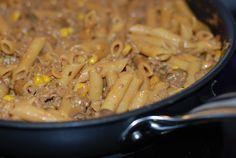En krämig panna med köttfärs och pasta. Perfekt att göra matlådor av! 4 port 400 g köttfärs 1 burk creme fraiche paprika & chili 2 dl grädde 1 gul lök ca 8 färska champinjoner 1 liten burk majs…