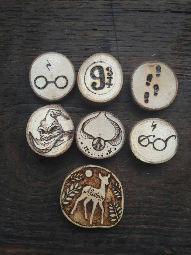 Set of 7 handmade decorations to hang inspired by magic world of Harry potter, realized with pyrography wood slices, the wood is natural recycled and reworked for create this magic ornament, perfect also to decor your Christmas tree   #harry #potter #woodburn #christmas