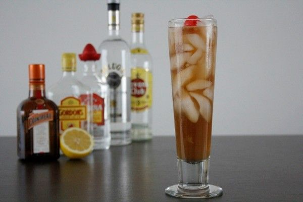 De Long Island Ice Tea. De klassieker met oa. Vodka, Gin, Rum, Triple Sec en Tequila en cola. Bekijk het recept op Cocktailicious.nl en maak hem zelf