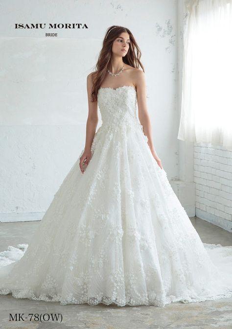 MK-78(OW) - ISAMU MORITA ウエディングドレス - 細かなモチーフをドレス全体に散りばめ華やかさを表現したシンプルな中にかわいらしさを埋め込んだイサムモリタのウエディングドレスです。 ラインは基本的なAライン。グリッターとレースの合わせ方で存在感を表現しています。 胸元のハートネックなラインが女性らしさを強調し、セクシーでエレガントな花嫁を創り上げています。細