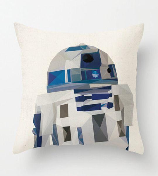 Star Wars pude – R2D2 – Den perfekte gave til Fars Dag den 5. juni - Giv Far hans helt egen sofapude med motiv fra Star Wars i trendy polygon-grafik som også ser flot og moderne ud i stuen. Win-win til Mor og Far ;-)