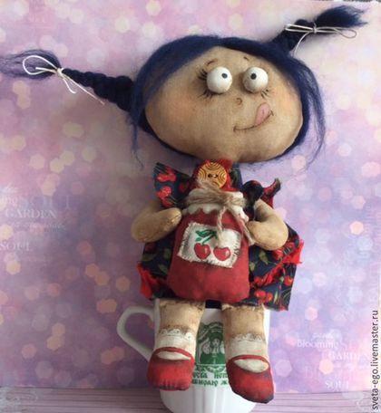 Купить или заказать Авторская интерьерная кукла Варенька в интернет-магазине на Ярмарке Мастеров. Озорная девочка Варенька обожает вишневое варенье. Когда на улице разыгрывается непогода: по крыше барабанит дождь, завывает ветер за стеклом, гремят синие тучи или лютый мороз расписывает узорами окна,-девчуля ставит самовар, достает очередную баночку с любимым лакомством и предается воспоминаниям о лете,деревне и бабушкином уютном вишневом садике.