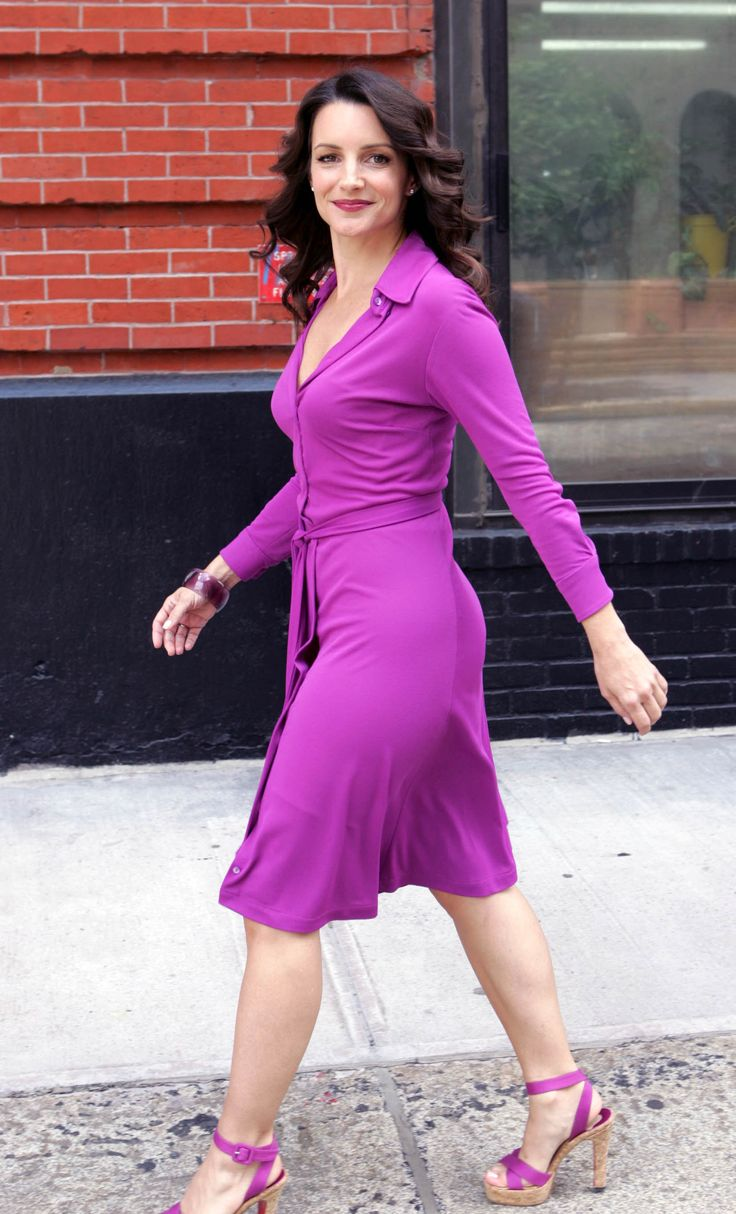 Kristin Davis in purple dress & purple high-heeled sandals.