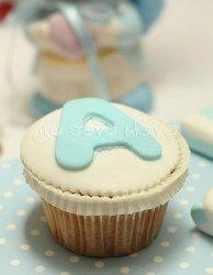 Cupcake με υπέροχη γεύση βανίλιας, στολισμένο με λευκή ζαχαρόπαστα και μονόγραμμα αγγλικό σε σιέλ χρώμα!.<br> <br> Τα cupcakes μας δεν υπάρχουν σε stock. Παρασκευάζονται κατόπιν παραγγελίας από αγνά & φρέσκα υλικά λίγες ημέρες πριν την εκδήλωση σας και έρχονται σε διάφανη συσκευασία στολισμένη με ασορτί φιόγκο!<br> Επιλέξτε τα και κεράστε κάτι διαφορετικό σε γεύση αλλά & εμφάνιση τους καλεσμένους σας!<br> <br> Ελάχιστη ποσότητα παραγγελίας:30τμχ<br>...