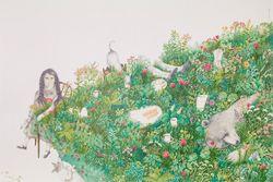 Close-up van een poster met een meisje dat aan een eettafel zit gedekt met gras, planten en bloemen. Kopjes, borden, koffiepotten en een grote beer verschuilen zich in het gras.