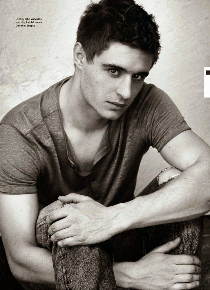 Max Irons para OUT Magazine