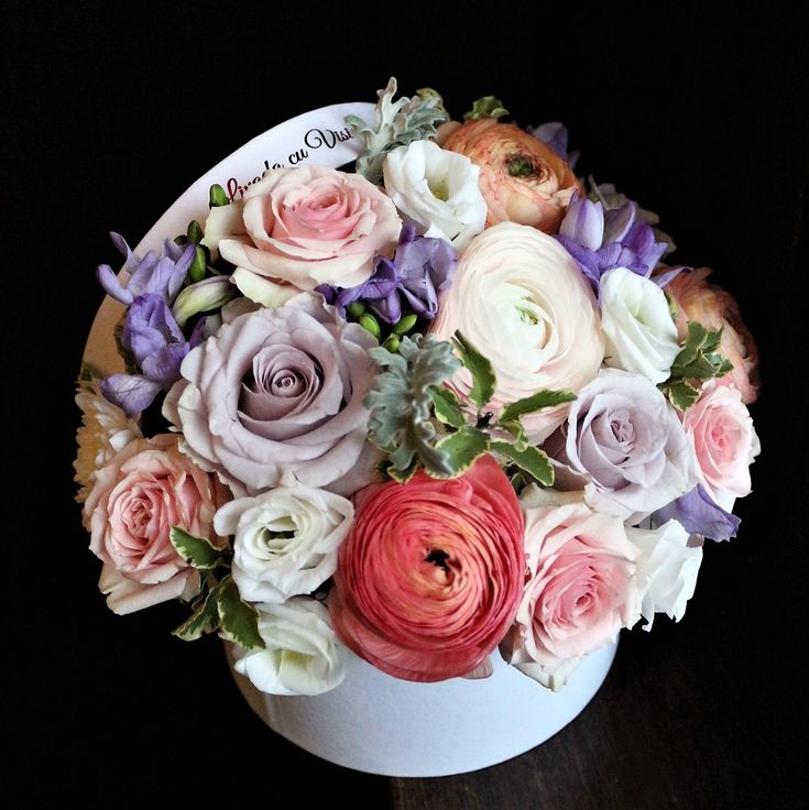 #spring in a #box #flowers #flowersbox #flowersinabox #gift #giftbox #sayitwithflowers #madewithjoy #madewithlove #paulamoldovan #livadacuvisini #flori #evenimente #candybar #bucuresti ##bucharest #florist #pink # #roses #white #eustoma  #cutie #flori #cutiecuflori #floriincutie #cutieflori #ranunculus