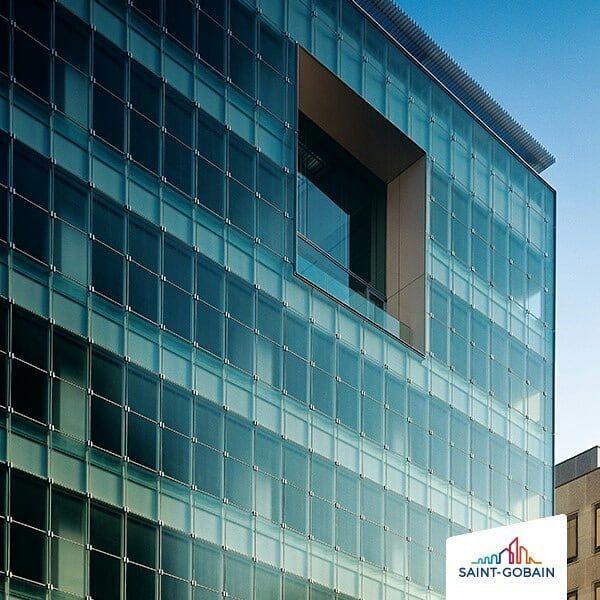 Versatilidade... Palavra que resume bem esse projeto incrível. 😍😍  Aplicação de vidro texturizado em todo edifício. Design alinhado com apelo estético funcional. ✨   #SGG #MASTERCARRE #linhaSTILLO #SaintGobainGlassBrasil #design #designdevidro #decoracao #decor #inspiração #inspiration #arquiteturaedesign #architeturelovers #edifício #building #detalhes #details #fabricadevidros #saovicente #80anos