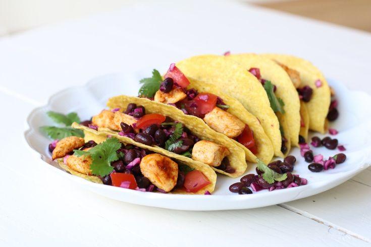 Ik ben zo gewend om alles zelf te maken om zo min mogelijk rommel binnen te krijgen dat ik al heeel lang geen taco's heb gegeten. Ik heb altijd gedacht dat ze vol zaten met zooi. Maar ineens verlangde ik zo naar een goed gevulde taco schelp met bonen, kip...