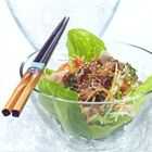 Thaise salade met biefstuk. Foto uit ons boek Salades! (http://www.bol.com/nl/p/salades-druk-heruitgave/9200000028790041/). Ga voor het recept naar http://www.okokorecepten.nl/recept/salade/thaise-salade/thaise-salade-biefstuk