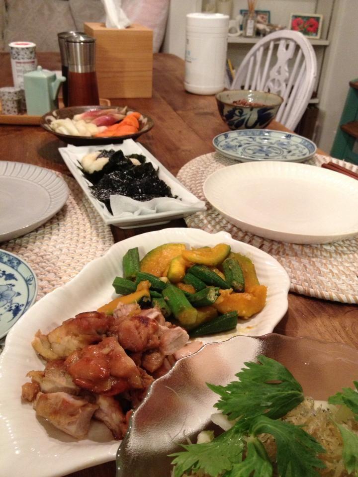 鶏の照り焼き、かぼちゃオクラニンニクまぶし、大和芋揚げ、タマネギセロリ山利じゃこサラダ、納豆味噌汁、タマネギ、みょうが、人参のぬか漬け。