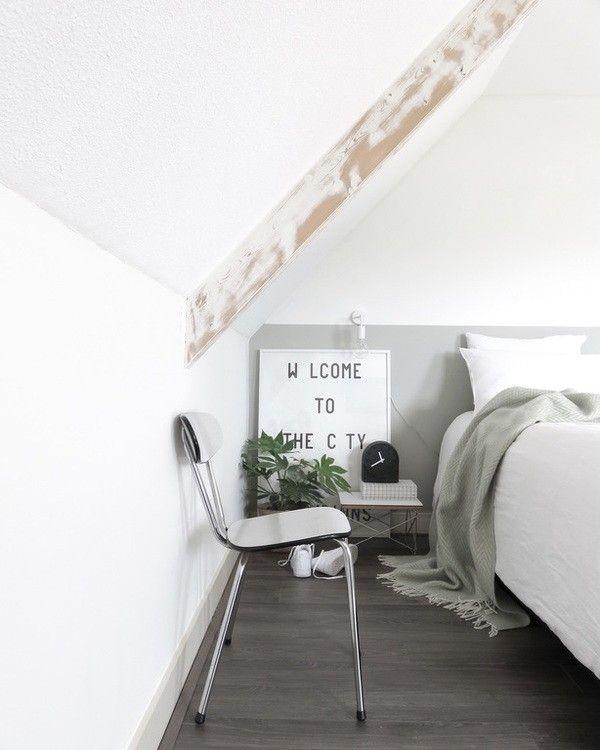Mooi: kiezelgroene lambrisering, combinatie zwart/wit/groen, wit beddengoed, Leff amsterdam tafelklokje [styling & fotografie door @sanshuisstijl_]