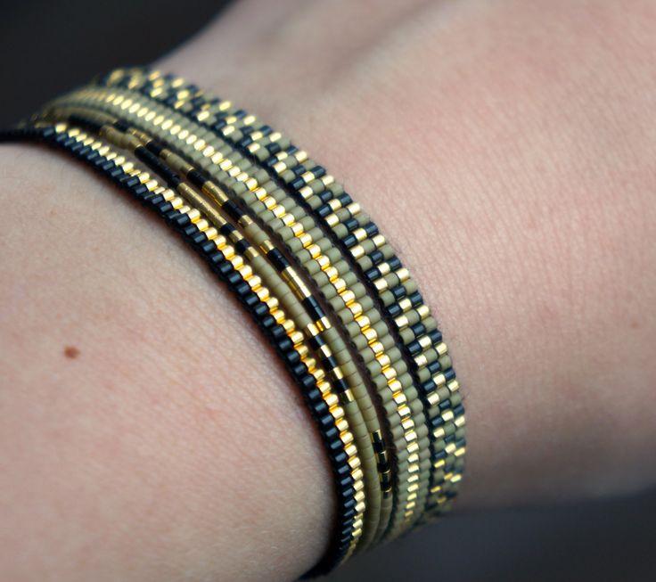 Set van 5 handgemaakte armbanden.  Alle armbandjes zijn gemaakt met Miyuki kralen, deze zijn gemaakt van de kleinste maat kralen mt. 15. Miyuki kralen zijn van hoge kwaliteit en het armbandje wordt afgewerkt met een gold plated slotje.  Deze listing is voor 5 armbandjes, 2 geregen armbandes en 3 weefarmbandjes.   Lengte: Je kunt het beste een goed passend armbandje nemen en deze even opmeten om de juiste maat van je armbandje te bepalen. De armbandjes worden op maat gemaakt en bevatten GEEN…