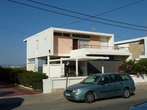 Beach house on Ancão island, Faro (Portugal), Manuel Gomes da Costa (arch.) for José Brandão Pinheiro, 1959.   Source: Ricardo Agarez, 2010.
