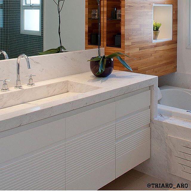Banheiro l Destaque para cuba esculpida no próprio mármore e detalhe da marcenaria! Projeto @triarq_arq #bathroom #bath #revestimento #goodnight #cool #banheiro #arquitectura #decor #inspiration #instadaily #architect #blogger #interiordesign #photo #design #instagram #arquiteta #luxurydesign #luxury #furniture #designdeinteriores #instalike #blogfabiarquiteta #fabiarquiteta