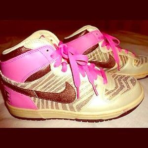I just discovered this while shopping on Poshmark: NIKE HI TOP BASKETBALL SNEAKERS VALENTINES DAY. Check it out!  Size: 8